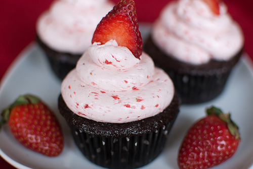 chocolate strawberry cupcakes via Pink Parsley